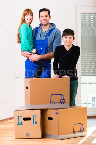 Apa gyerekek mozog új otthon ház család Stock fotó © Kzenon