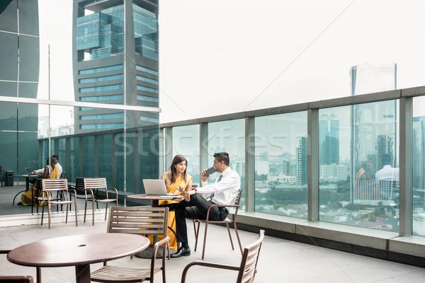 Dos colegas hablar terraza romper moderna Foto stock © Kzenon