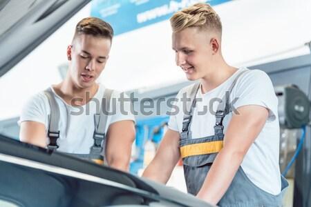 Hábil mecânico de automóveis colega ver afinação Foto stock © Kzenon