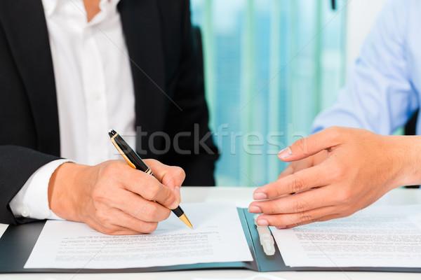 Pessoas de negócios assinar acordo assinatura escritório trabalhar Foto stock © Kzenon