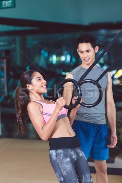 Geschikt vrouw ring biceps oefening opleiding Stockfoto © Kzenon