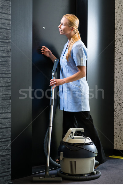 Serviço hotel empregada aspirador de pó quarto de hotel jovem Foto stock © Kzenon