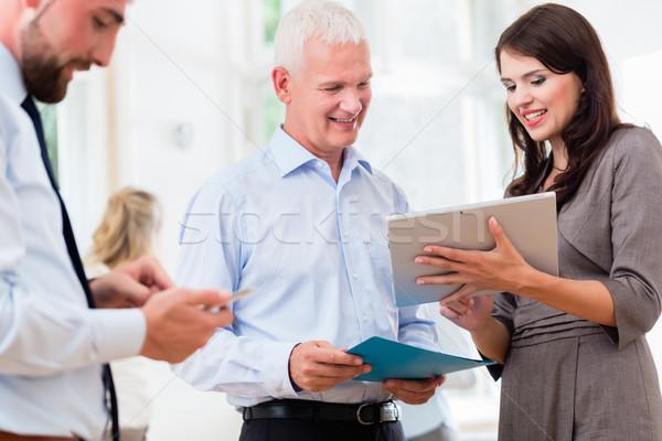 üzletemberek iroda rövid bemutató üzlet nők Stock fotó © Kzenon