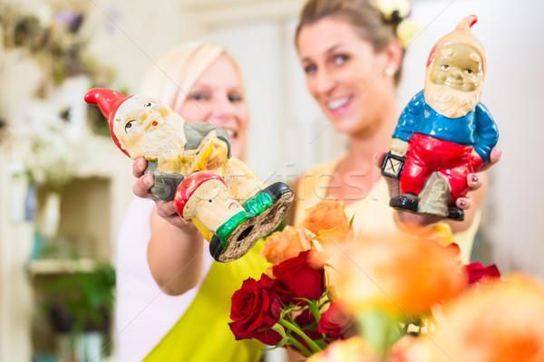 Florista mujer aumentó ramo cliente Foto stock © Kzenon