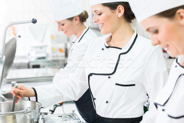Femenino chefs trabajo restauración industrial cocina Foto stock © Kzenon