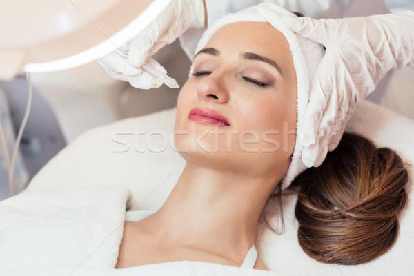 Güzel bir kadın rahatlatıcı tedavi çağdaş güzellik merkezi yenilikçi Stok fotoğraf © Kzenon
