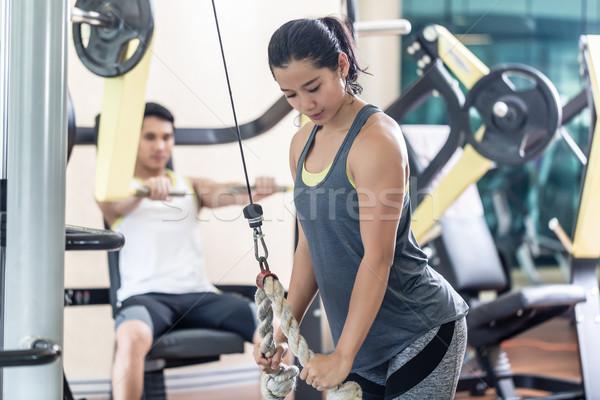 Határozott fiatal nő testmozgás kábel kötél tricepsz Stock fotó © Kzenon