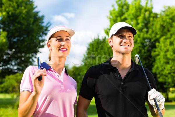 Jonge paar spelen golfbaan golf oefening Stockfoto © Kzenon