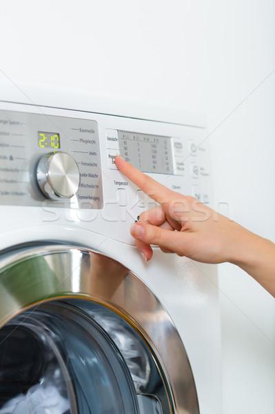 Governanta máquina de lavar roupa mulher jovem lavanderia dia casa Foto stock © Kzenon