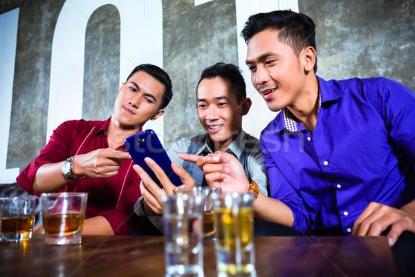 азиатских друзей питьевой ночном клубе молодые красивый Сток-фото © Kzenon