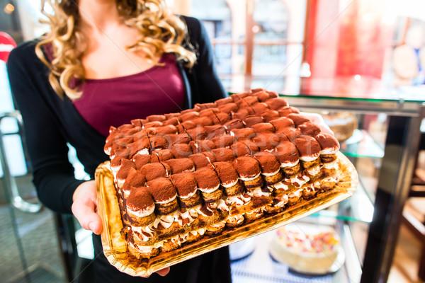 женщины Бейкер торт кондитерские изделия лоток Сток-фото © Kzenon