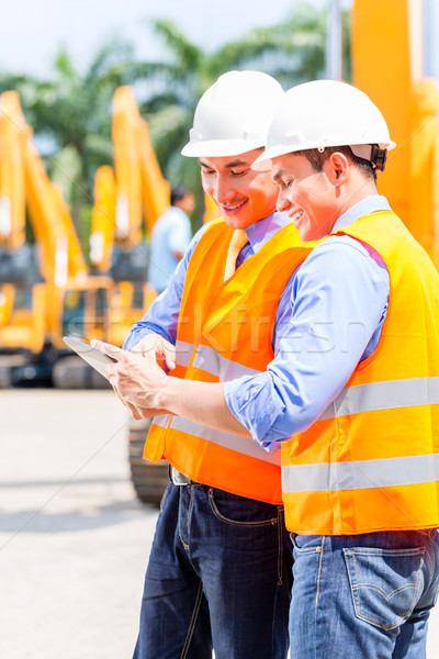 ázsiai mérnök megbeszél tervek építkezés építkezés Stock fotó © Kzenon