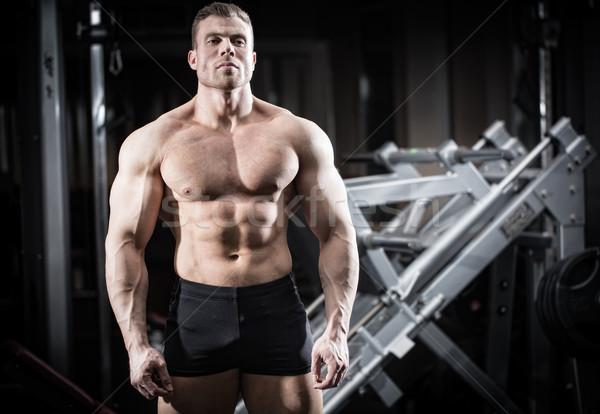 Sterke man bodybuilding gymnasium permanente Stockfoto © Kzenon