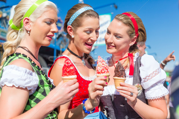 Barátok eszik puha jég Oktoberfest együtt Stock fotó © Kzenon