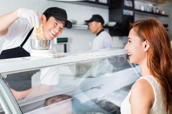 Lachen junger Mann Servieren hübsche Frau jungen asian Stock foto © Kzenon