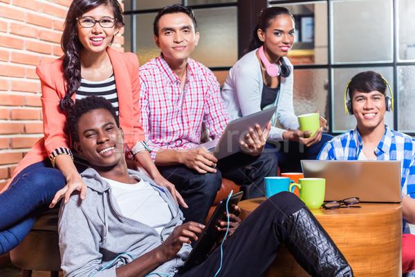 Groupe diversité collège élèves apprentissage campus Photo stock © Kzenon