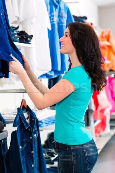 Foto d archivio  Donna · acquisto · vestiti · shop · shopping · moda 949b94c2d0e