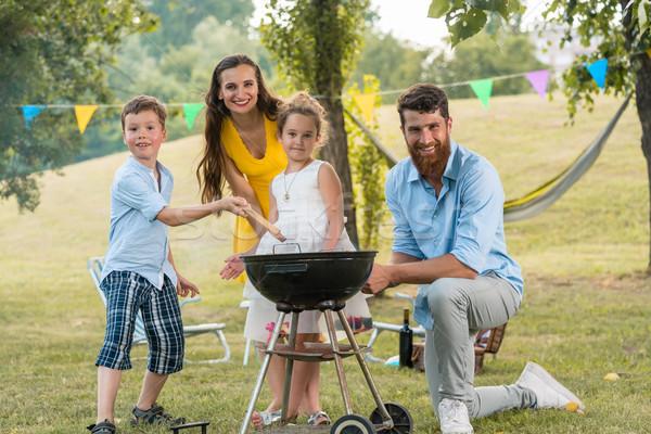 Portré boldog család gyerekek pózol mögött barbecue Stock fotó © Kzenon