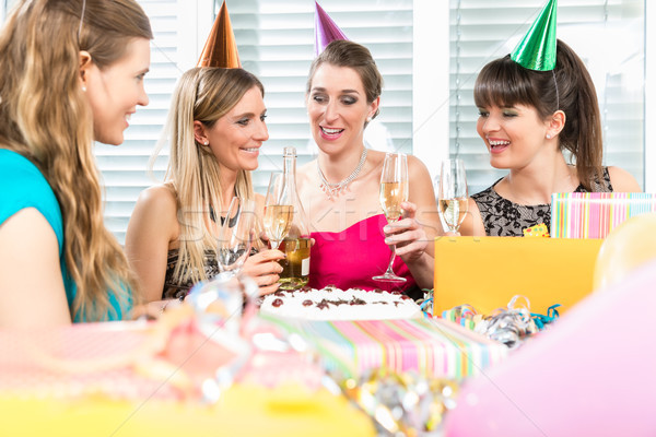 Foto stock: Mejores · amigos · potable · champán · pastel · de · cumpleanos · grupo · femenino