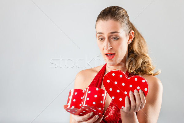 Nő nyitás ajándék valentin nap szív alakú Stock fotó © Kzenon
