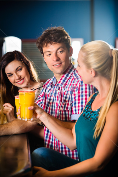 Mensen club bar drinken jongeren cocktails Stockfoto © Kzenon