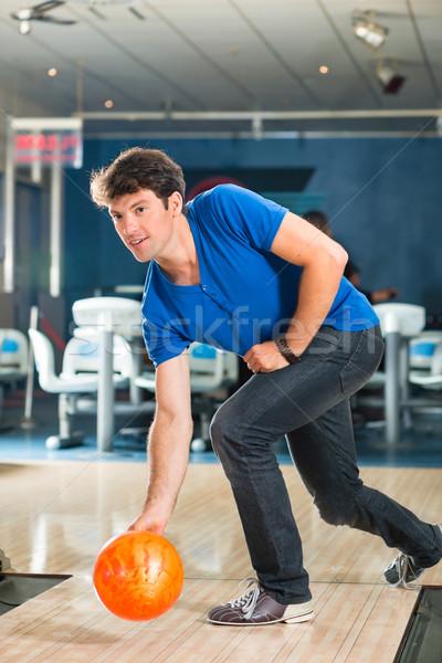 Młody człowiek bowling kręgielnia człowiek Zdjęcia stock © Kzenon