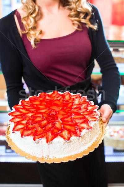 Női pék bemutat torta cukrászda tálca Stock fotó © Kzenon