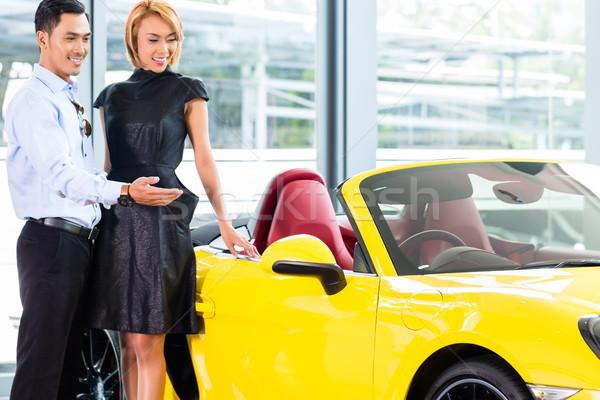 Asian paar kiezen roadster auto handel Stockfoto © Kzenon