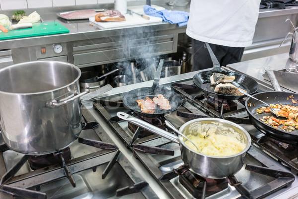 Tűzhely étterem konyha szakács dolgozik hotel Stock fotó © Kzenon