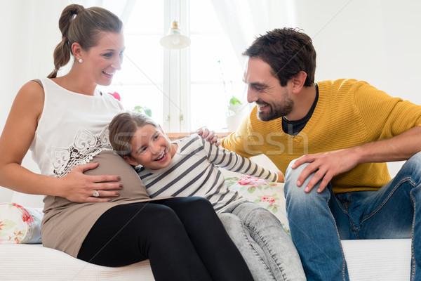 Meisje luisteren buik zwangere moeder home Stockfoto © Kzenon