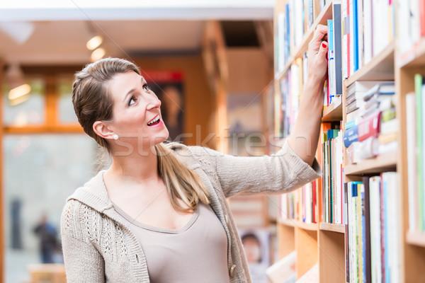 Donna libro bookstore shelf Foto d'archivio © Kzenon