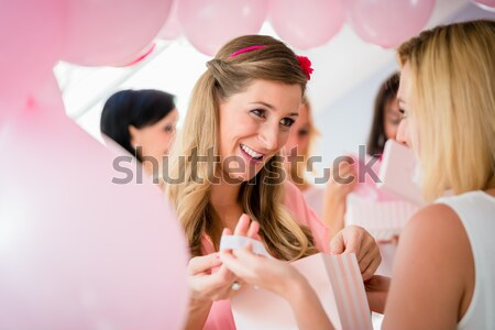 Zwangere vrouw opening aanwezig vak baby douche Stockfoto © Kzenon