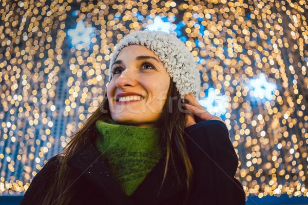 Kadın alışveriş Noel hediyeler alışveriş merkezi ayakta Stok fotoğraf © Kzenon