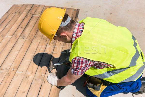 Kilátás munkás kalapács visel citromsárga védősisak Stock fotó © Kzenon