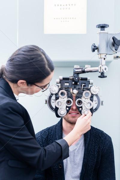 Optyk człowiek oka badanie sklep oczy Zdjęcia stock © Kzenon