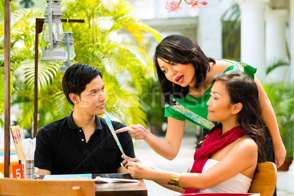 ázsiai férfi nő étterem pincérnő mosoly Stock fotó © Kzenon