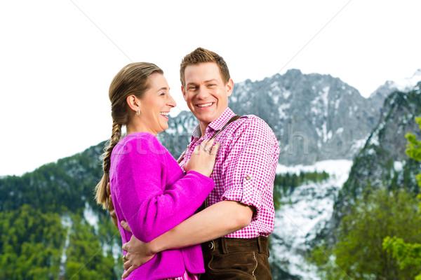 Feliz casal alpino prado tradicional vestir Foto stock © Kzenon