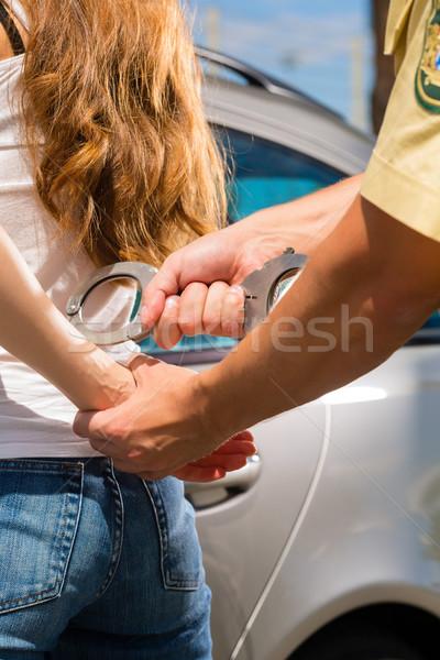 Rendőrtiszt nő bilincs autó férfi rendőrség Stock fotó © Kzenon