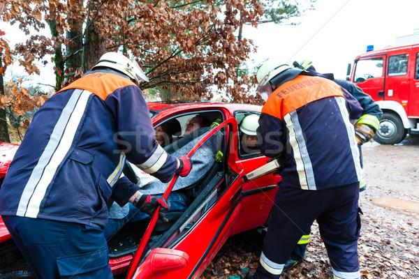 Wypadku ognia ofiara samochodu hydrauliczny ratowania Zdjęcia stock © Kzenon