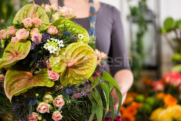 Női virágárus virágüzlet faiskola bemutat növények Stock fotó © Kzenon