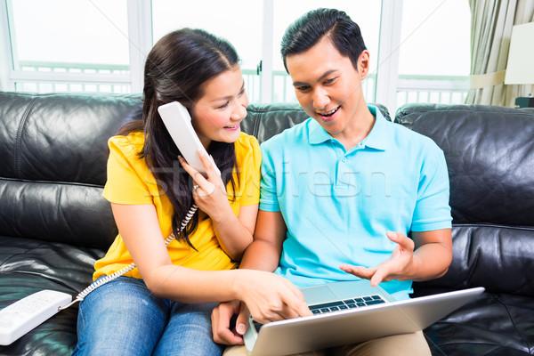 Asia Pareja llamando línea directa jóvenes guapo Foto stock © Kzenon