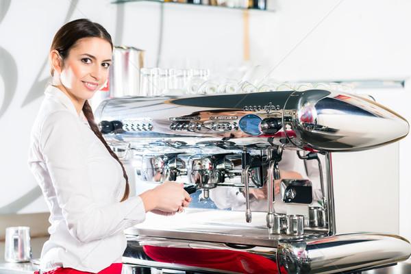 Młodych kelnerka automatyczny ekspres do kawy patrząc Zdjęcia stock © Kzenon