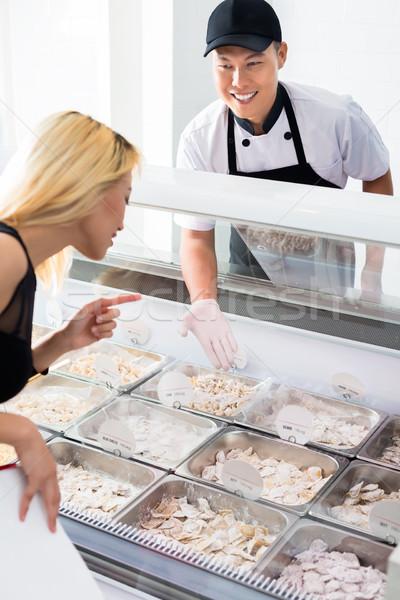 Sorridente vendedor comida cliente jovem Foto stock © Kzenon
