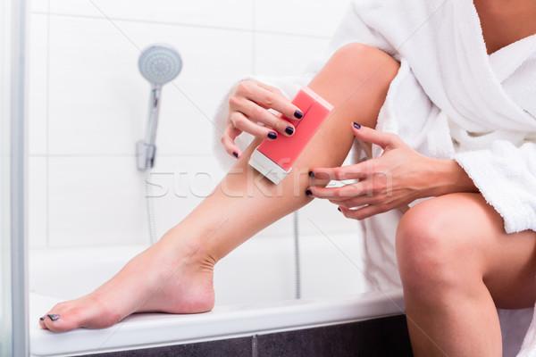 Nő jelentkezik epiláció testápoló lábak fürdőszoba Stock fotó © Kzenon