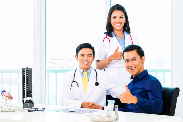 ázsiai orvosok beteg orvosi iroda klinika Stock fotó © Kzenon
