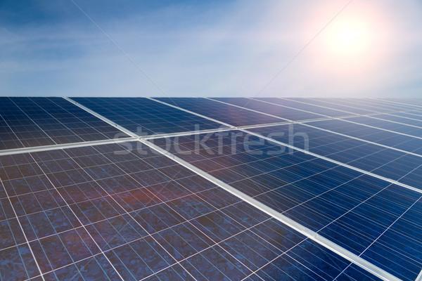 Groene energie zonnepanelen blauwe hemel fotovoltaïsche productie hernieuwbare energie Stockfoto © Kzenon