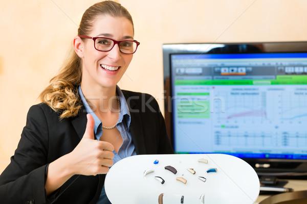 Prezentacji aparat słuchowy młoda kobieta kobieta technologii Zdjęcia stock © Kzenon