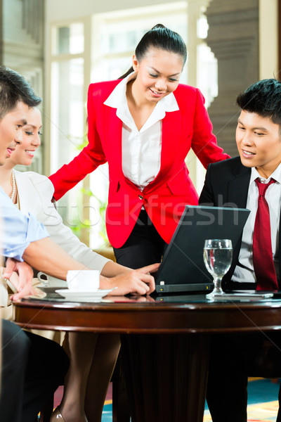 Asiático pessoas de negócios reunião hotel entrada quatro Foto stock © Kzenon
