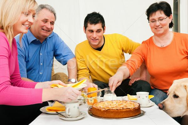Familie Kaffee Kuchen zusammen Eltern Erwachsenen Stock foto © Kzenon