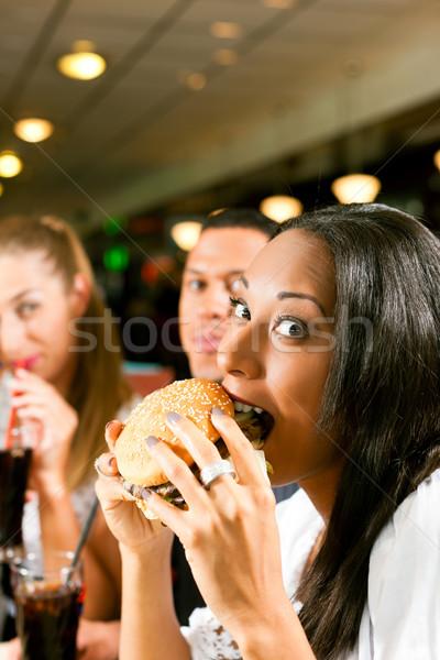 Arkadaşlar yeme fast food restoran bir çift Stok fotoğraf © Kzenon